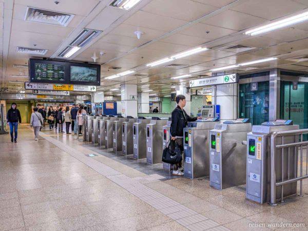 CheckIn Bereich mit Drehkreuzen in der Metro in Seoul