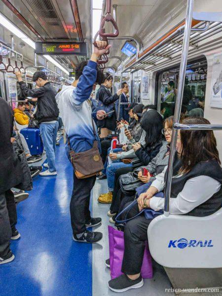 Innenaufnahme in der Metro in Seoul