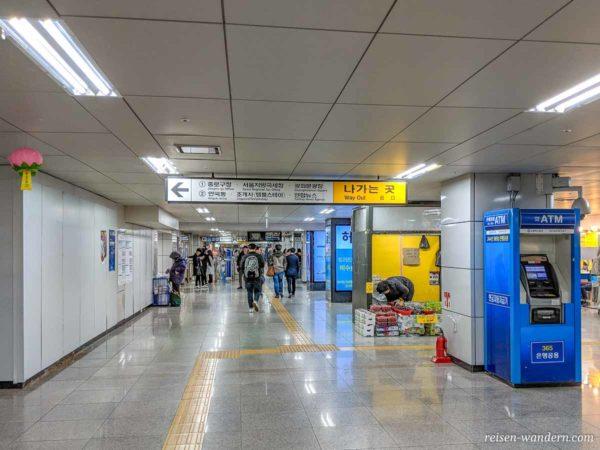 Unterirdische Zugänge zu der U-Bahn und den Ausgängen der Metro