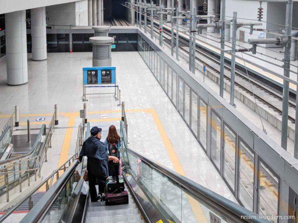 Rolltreppe zum AREX – All Stop Train am Flughafen Incheon