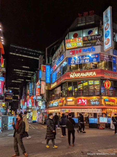 Insa-dong in Seoul am Abend mit beleuchteten Restaurants