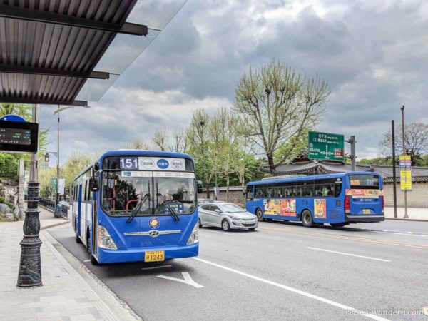 Bushaltestelle mit Bus des Seouler Nahverkehrs