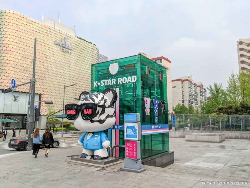 K-Start Road Figur mit Gangnam Brille in Seoul
