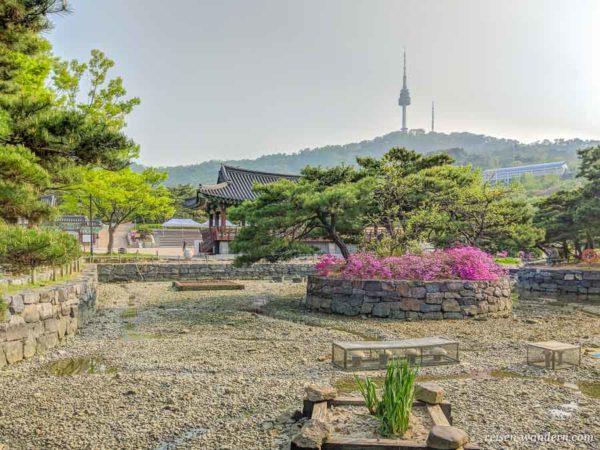 Blick auf den N-Seoul Tower von Namsangol Hanok Village
