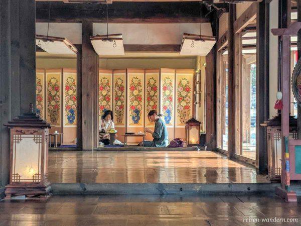 Handwerkerinnen in einem Haus des Namsangol Hanok Village Ausstellungsdorf
