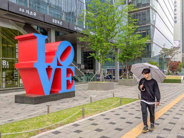 LOVE Symbol vor einem Hochhaus in Seoul