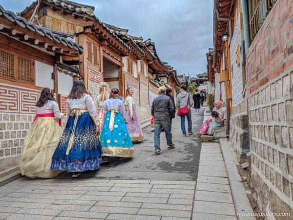 Frauen in koreanischer Tracht im Bukchon Hanok Village