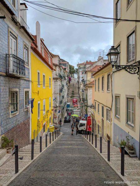 Bergige Gasse im Stadtteil Bica in Lissabon