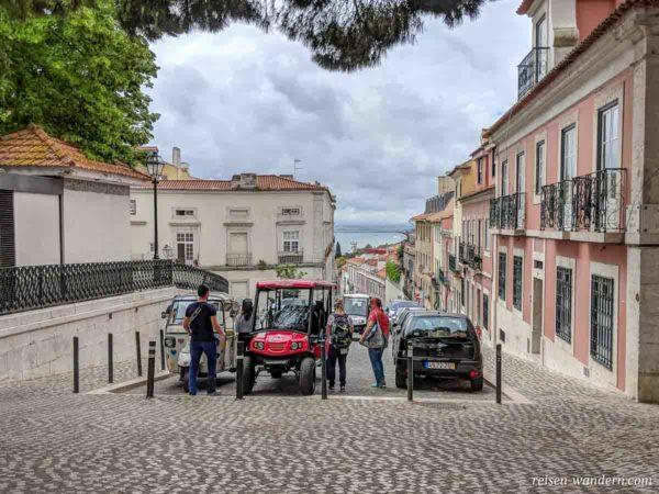 Touristen mit TukTuk in Lissabon