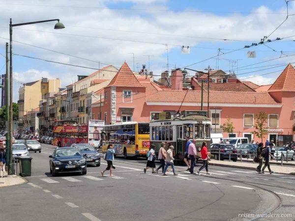 Straße mit alten Straßenbahnen und Bussen in Lissabon