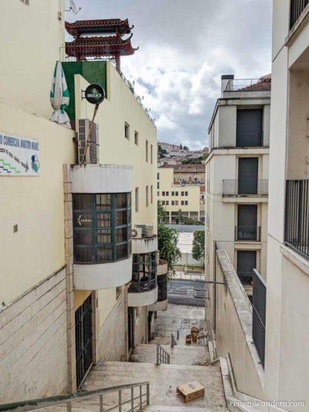 Gasse mit Müll in Lissabon