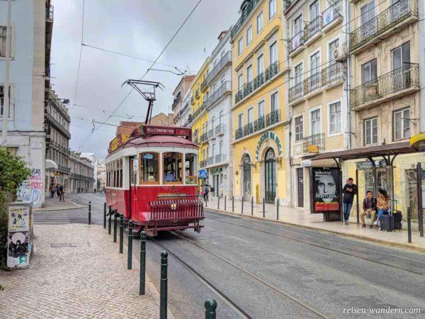 Alte rote Straßenbahn in Lissabon