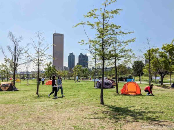 Camping im Park an der Uferpromenade beim 63 Square