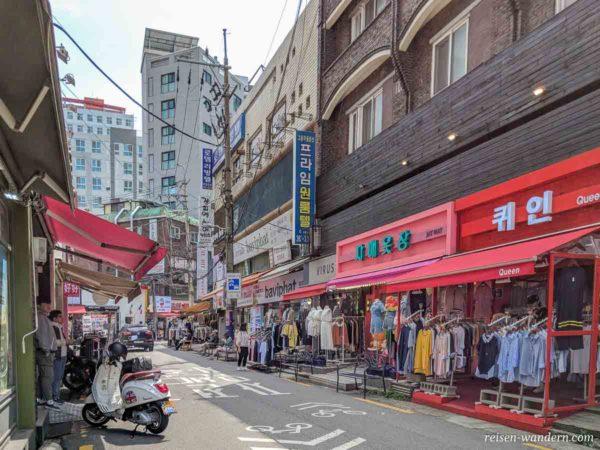 Läden im Shopping Viertel bei der Ewha Womans University in Seoul