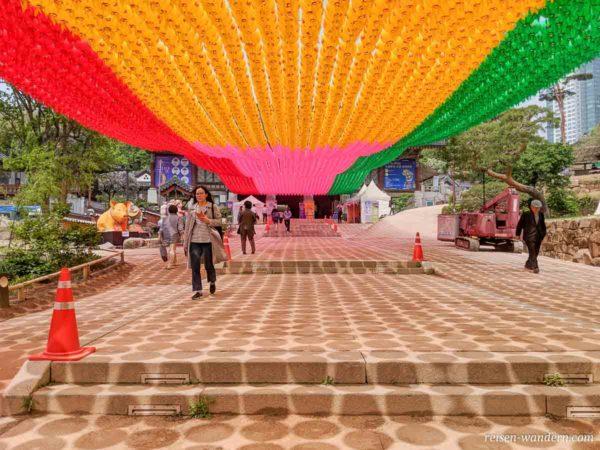 Geschmückter Bongeunsa Tempel zum Geburtstag von Buddha