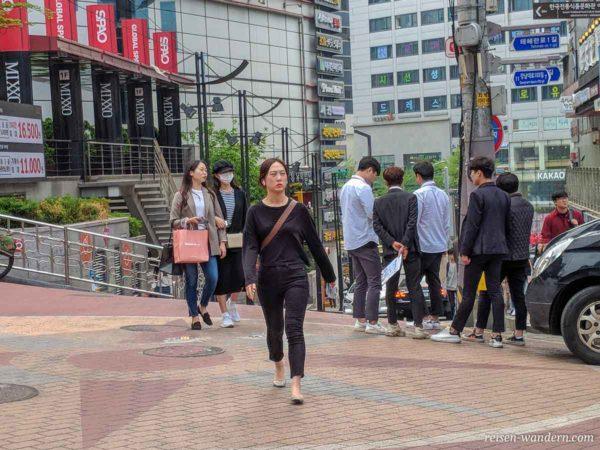 Junge Koreaner beim verteilen von Handzettel