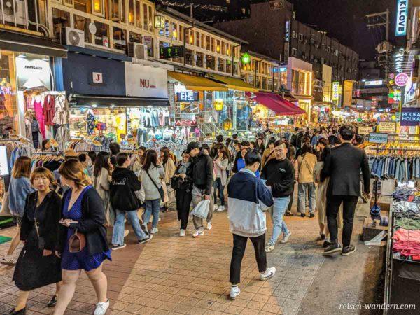 Hongdae Shopping-Street am Abend