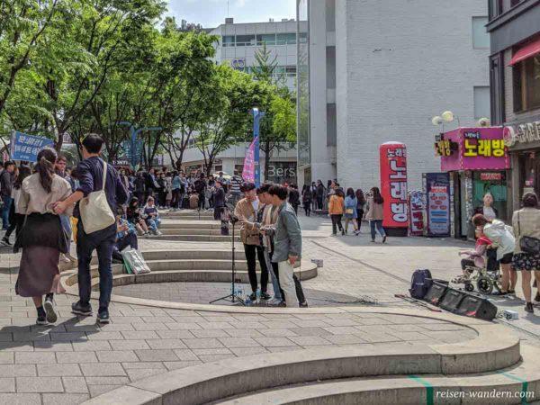 Junge K-Pop Stars in der Hongdae Shopping-Street