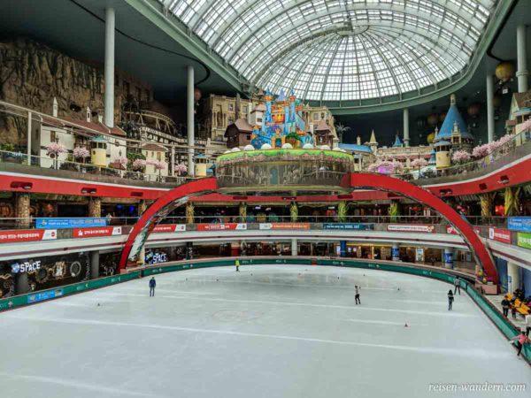 Blick in den Lotte World Freizeitpark mit Eisbahn