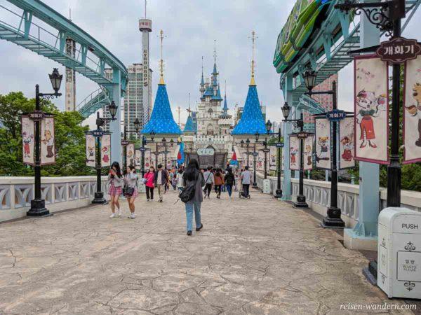 Schloss im Außenbereich des Lotte World Freizeitpark