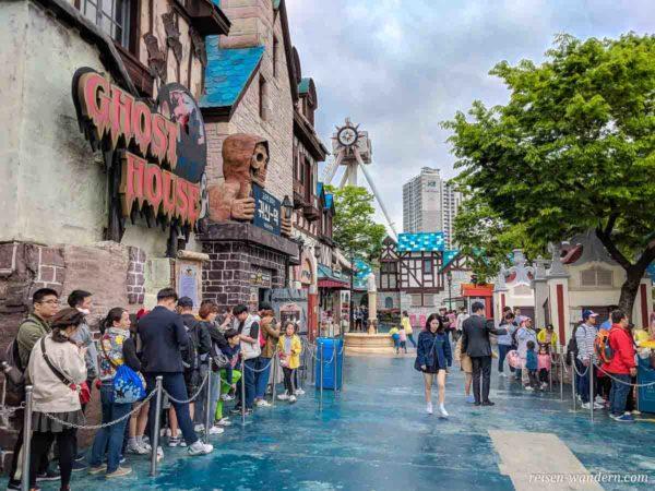Menschenschlange im Außenbereich des Lotte World Freizeitpark