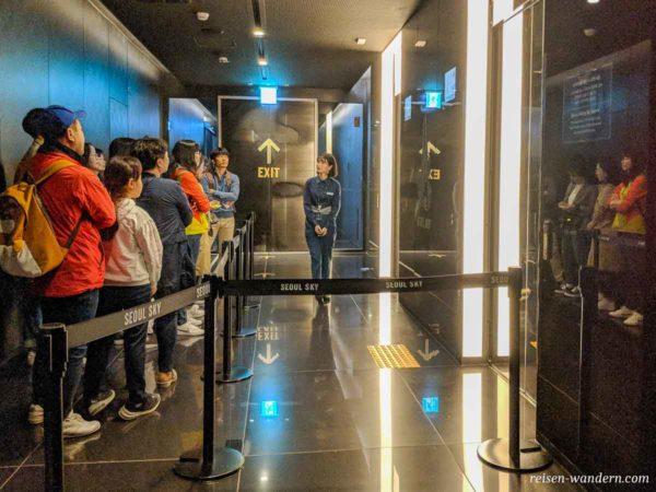Warteschlange vor den Fahrstühlen des Lotte Tower