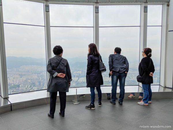 Dachterrasse mit Glasfront vom Lotte Tower
