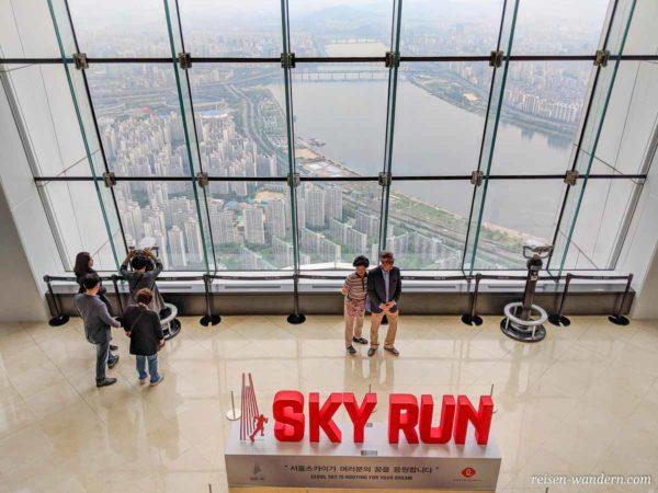 Große Glasfront mit Sky Run Fotospot im Seoul Sky
