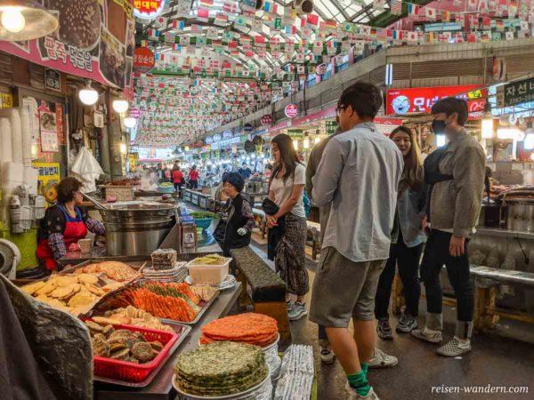 Essensangebote im Gwangjang Market in Seoul