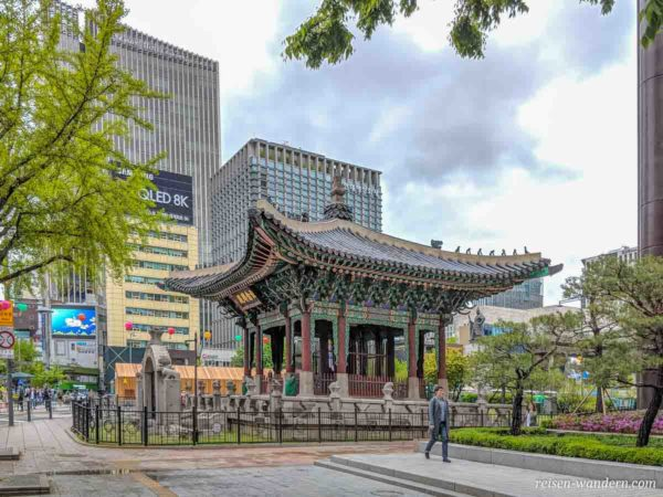 Kleine Pagode beim Gwanghwamun-Platz in Seoul