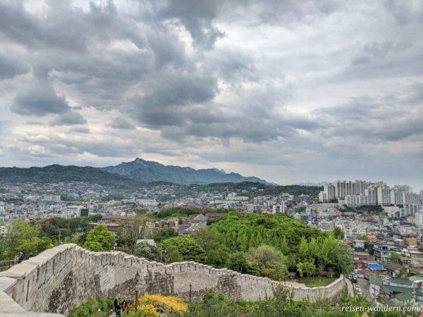 Blick auf Seoul vom Naksan Park mit alter Stadtmauer