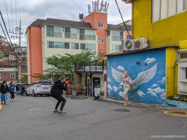 Künstlerviertel - Ihwa Mural Village - mit Wand mit Engelflüge