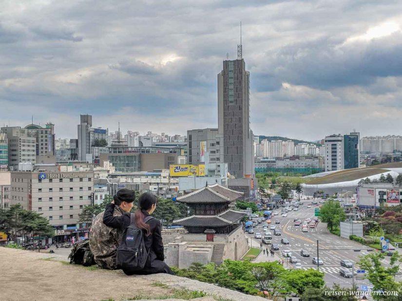Blick von alter Stadtmauer auf Dongdaemun Stadttor