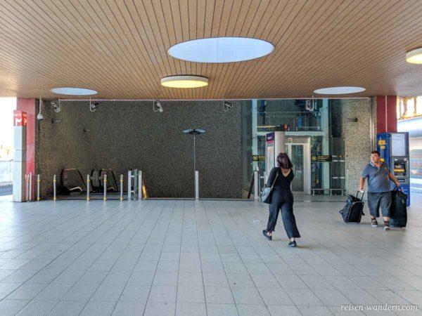 Zugang zur Metro am Flughafen Lissabon