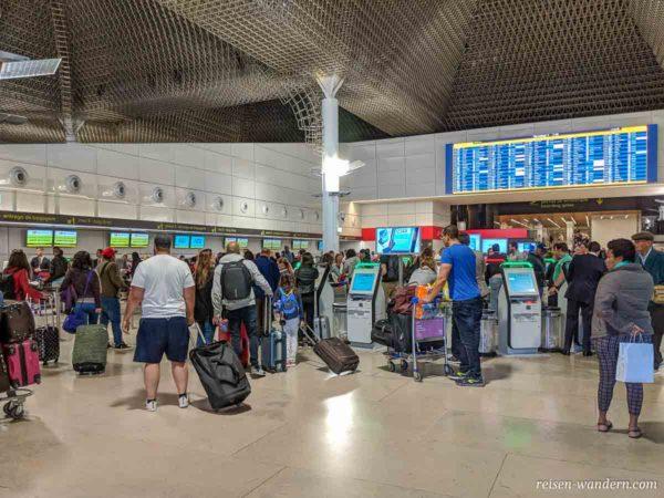 Check-In Bereich am Lissaboner Flughafen