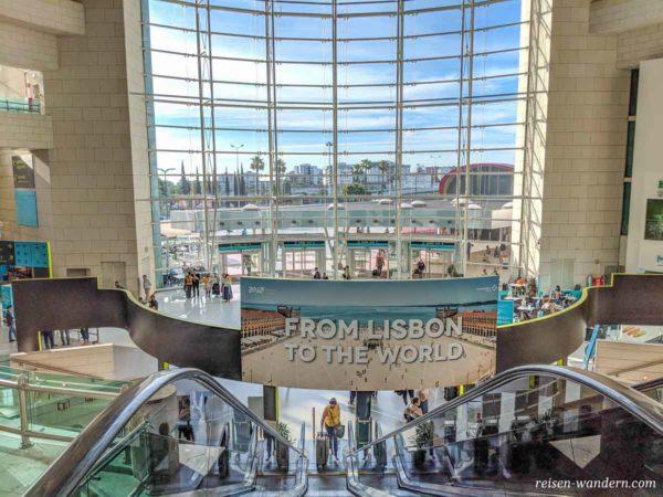 Große Glasfront am Ausgang bei der U-Bahn beim Flughafen Lissabon