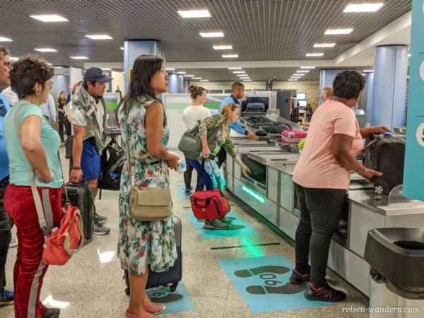 Handgepäck und Personenkontrolle am Flughafen Lissabon