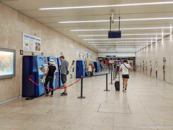 Fahrkartenautomaten in der Metro am Flughafen von Lissabon