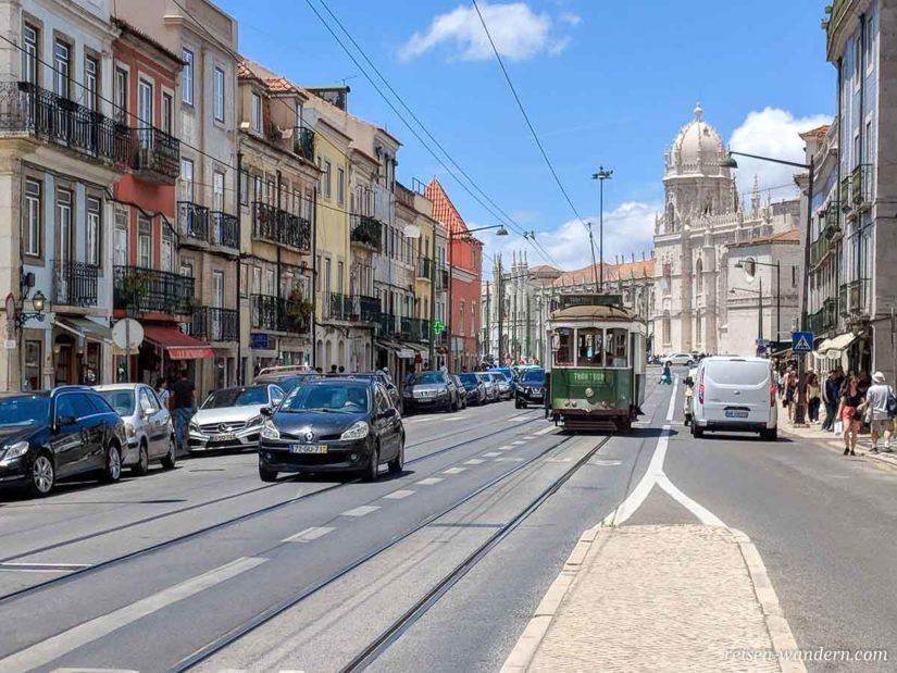 Alte grüne Straßenbahn in Lissabon