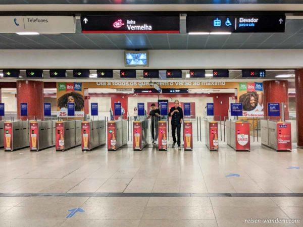 Eingangsbereich zur Metro von Lissabon am Flughafen