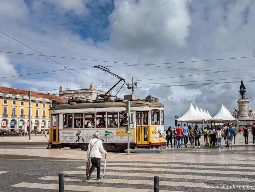 Alte gelbe Straßenbahn beim Praca do Comercio in Lissabon