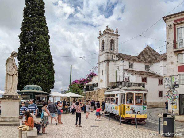 Alte Straßenbahn beim Miradouro de Santa Luzia