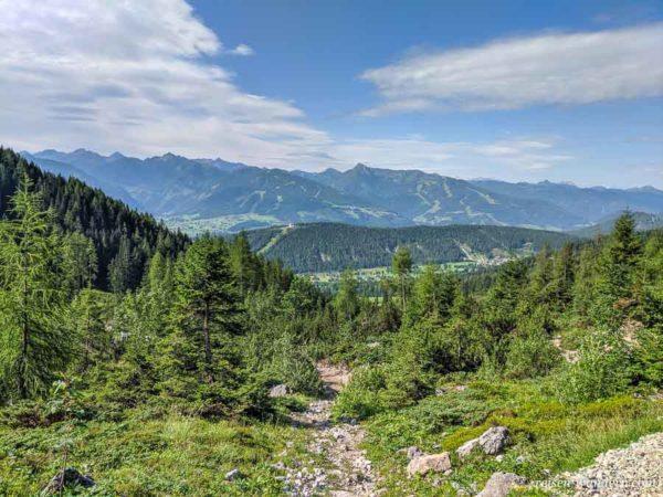 Blick auf dem Wanderweg zum Guttenberghaus ins Tal