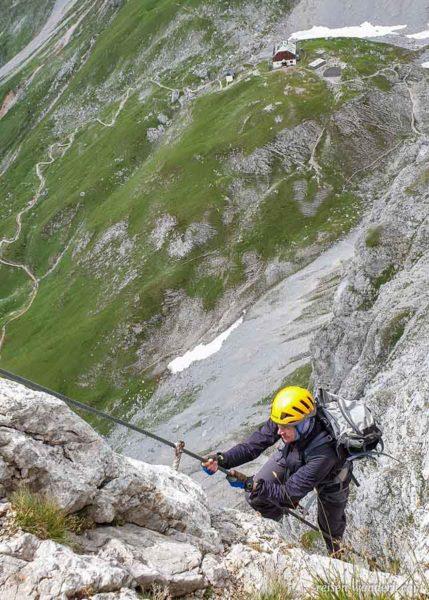 Kletterer am Sinabell Klettersteig mit Blick zum Guttenberghaus