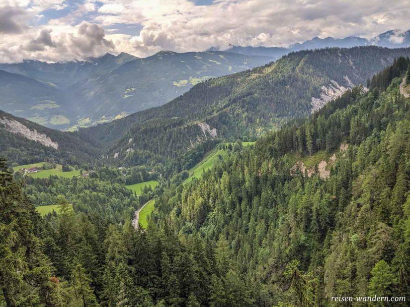 Blick vom Hias Klettersteig auf den Parkplatz der Silberkarklamm