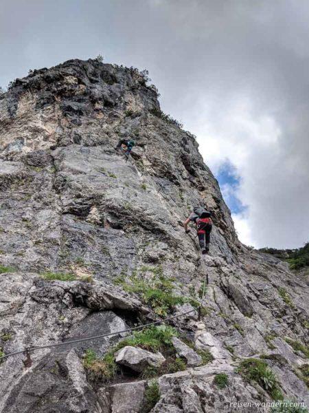 Einstieg des Siega Klettersteig an Felswand