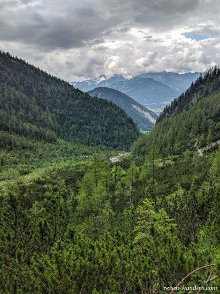 Blick vom Siega Klettersteig in das Tal der Silberkarklamm
