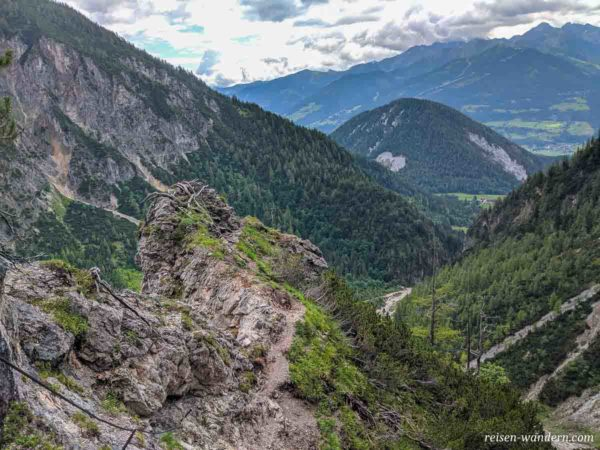 Grat am Siega Klettersteig mit Blick ins Tal