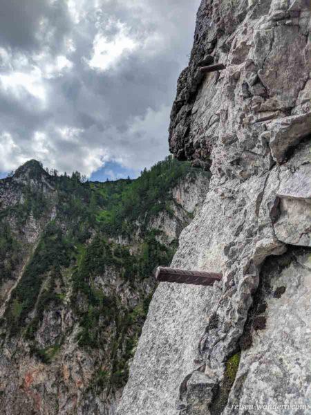 Trittstifte aus Stahl am Siega Klettersteig