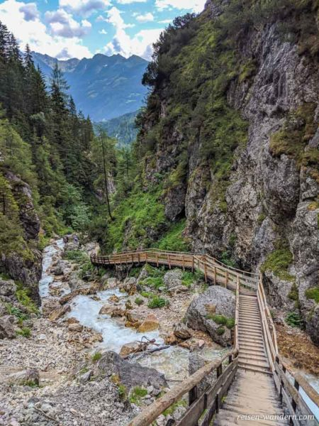 Weg aus Holz durch die Silberkarklamm am tosenden Bach